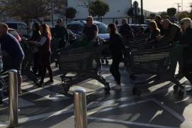 Largas colas para acceder a un supermercado de Ibiza