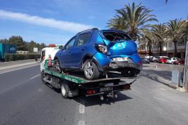 Herido un motorista en Ibiza tras empotrarse contra un coche estacionado
