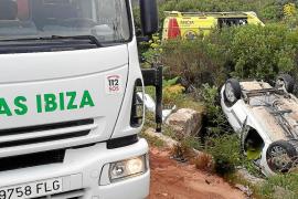 Tres heridos en una violenta colisión frontal que acabó con un turismo volcado