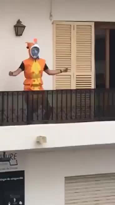 Disfrazado y bailando desde su balcón en Santa Eulària