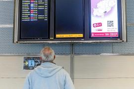 Un pasajero, observando ayer las pantallas de vuelos, muchos de ellos cancelados