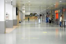 El silencio impone su ley en el puerto y el aeropuerto mientras dura el Real Decreto