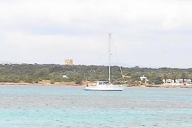 Un hombre pasa la cuarentena a bordo de su barco en Formentera