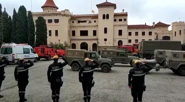 Izado de bandera en el cuartel del Bruch de Barcelona