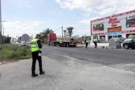 El accidente de tráfico entre un turismo y un camión en Ibiza, en imágenes (Fotos: Daniel Espinosa).