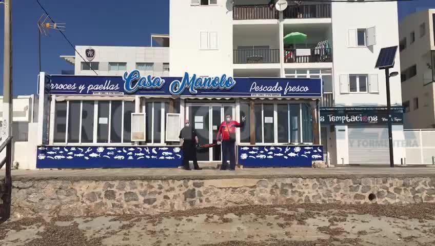 El restaurante Casa Manolo reparte paella para el personal de Can Misses