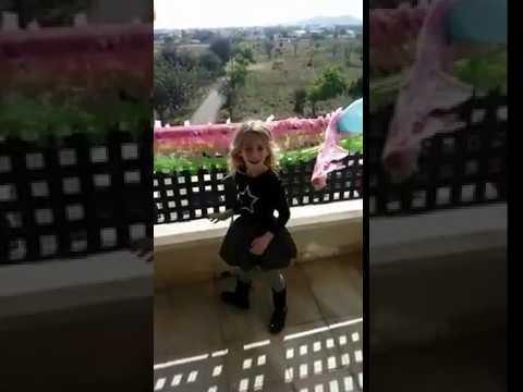 La Policía Nacional de Ibiza felicita a una niña por su cumpleaños