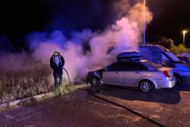 Dos vehículos resultan afectados por un incendio declarado en un aparcamiento de Formentera