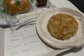 El detalle de la cocineras en el menú de un paciente del hospital de Ifema