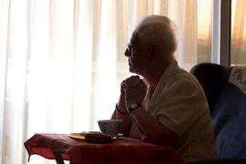 Voluntarios de Ibiza realizan llamadas solidarias para combatir la soledad durante el confinamiento
