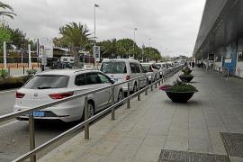 Los taxistas exigen que no haya licencias estacionales este año