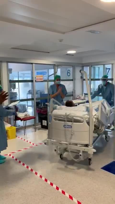 El emocionante aplauso a un paciente con coronavirus dado de alta en la UCI de Can Misses