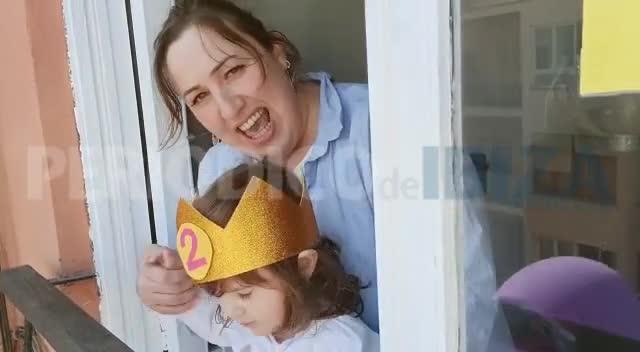 La pequeña Aitana cumple dos años por todo lo alto felicitada por sus vecinos