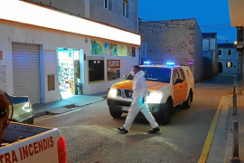 Los voluntarios de Protección Civil realizan las compras para las personas que no pueden salir de su casa en Santanyí