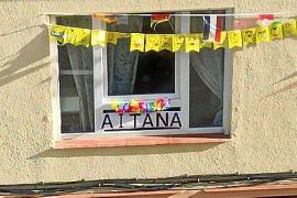 Los vecinos de Aitana en Avenida de España de Ibiza la felicitan su segundo cumpleaños