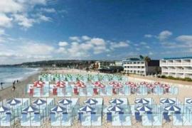 Playas con vitrinas y separaciones para evitar el coronavirus este verano