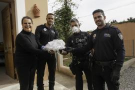 El taller de costura de Sant Josep entrega mascarillas a la Policía Nacional y a la Policía Local