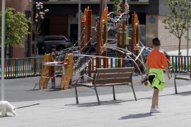 Un niño, pasando delante de un parque.