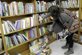 Los lectores acuden a las librerías en un Sant Jordi «triste» sin puestos en Vara de Rey