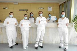 La doctora Carmen Costa (centro imagen) con parte del equipo que atiende a los pacientes en el primer hotel medicalizado de Ibiza.