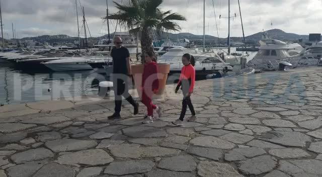 Explosión de alegría en las calles de Ibiza con el retorno de los niños