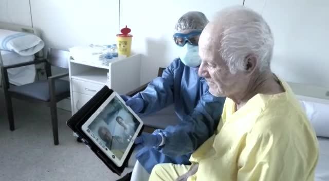 Las videollamadas con familiares que animan a los enfermos de COVID-19 en Ibiza