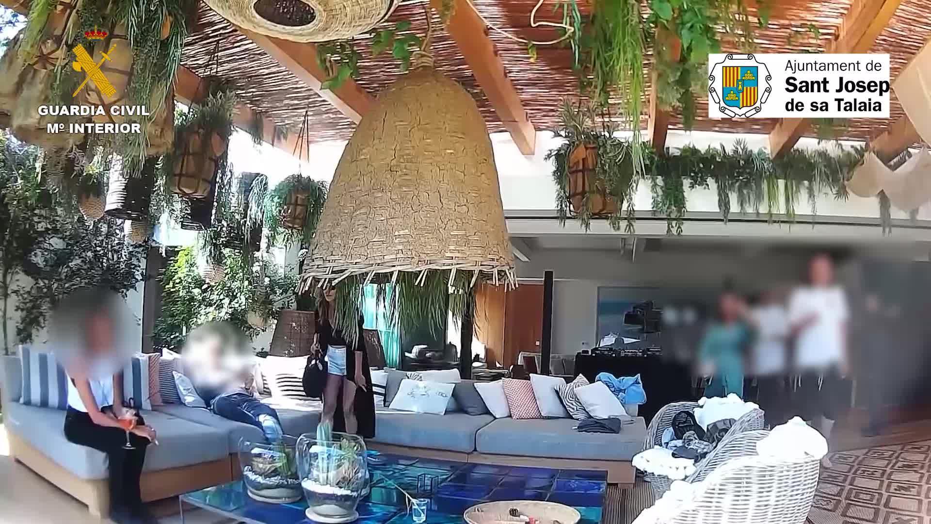 Desmantelada una fiesta en una villa de Ibiza con dj, catering y transporte privado