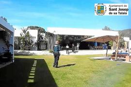 Desmantelada una fiesta en una villa de San Josep con dj, catering y transporte privado