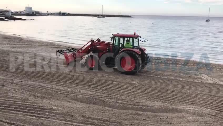 Santa Eulària incrementa la limpieza de sus playas ante la desescalada