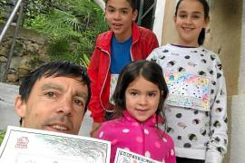 Tòfol Castanyer en su casa junto a sus hijas Xisca y Aina y su hijo Toni.