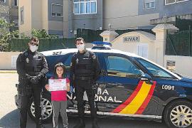 La Policía Nacional empieza a entregar diplomas a los niños por su «resistencia»