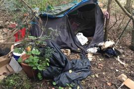 Desmantelado un asentamiento ilegal en medio de una zona boscosa de Cala Nova