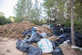 Los residuos acumulados en un solar junto a Casa Lola, en imágenes .