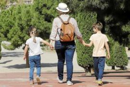 Las asociaciones de padres piden que la posibilidad de volver a las aulas de los alumnos de Infantil se amplíe a los de Primaria, pero los sindicatos rechazan el retorno