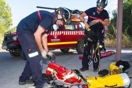 Los bomberos rescatan a una mujer y sus tres hijos, atrapados en una montaña de Ibiza