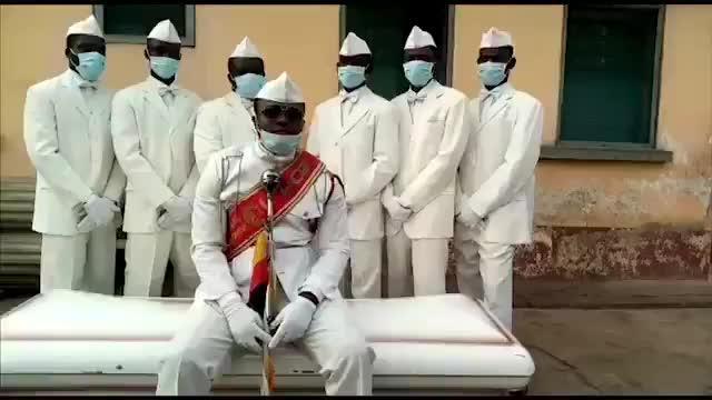 Los sepultureros del 'meme' del coronavirus: «Quédate en casa o baila con nosotros»