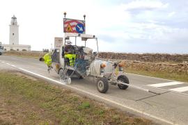 Comienza el pintado de la carretera PM-820 desde la Savina a la Mola