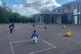 Las sobrecogedoras imágenes de los niños en el patio de un colegio en Francia