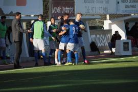 Varios jugadores del San Rafael celebran un gol contra el Collerense.