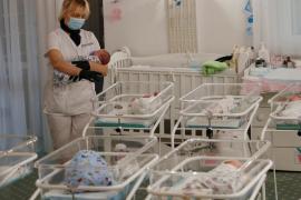 Decenas de bebés nacidos por gestación subrogada 'varados' en Ucrania