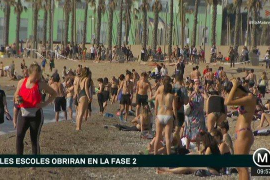 Cierran el 'gimnasio al aire libre' de la Barceloneta mientras la playa se llena