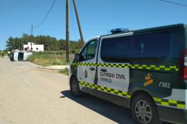 Herido tras llevarse por delante un poste de la luz y acabar volcando en Ibiza
