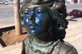 Estropean con pintura azul la cara de la niña del monumento hippy de Ibiza