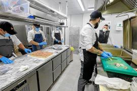 La iniciativa ciudadana Ibiza Contigo dona 13.000 euros para menús solidarios en Santa Eulària