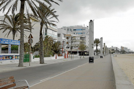 Imagen de la Platja de Palma con todos sus hoteles cerrados, sin turistas ni restaurantes.