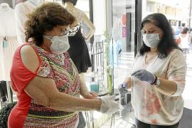 Los clientes tienen que cumplir unas estrictas medidas de higiene antes de tocar cualquier prenda.