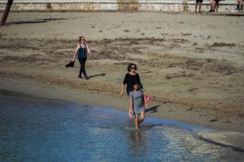 Varias personas, en la playa de ses Figueretes.