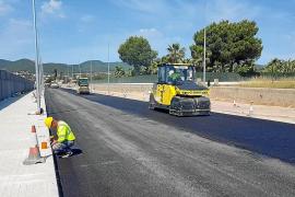 Empiezan a asfaltar un tramo de la carretera de Santa Eulària