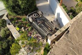 Dos heridos al caer un coche desde una altura de ocho metros y volcar en una casa en Ibiza