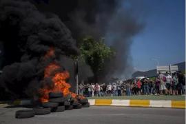 Trabajadores de Nissan queman neumáticos ante la planta de Montcada i Reixac (Barcelona)